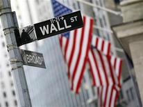 Указатель Уолл-стрит у здания Нью-Йоркской фондовой биржи, 6 февраля 2012 г. Американские рынки акций открылись ростом в понедельник благодаря успешным переговорам международных кредиторов с Грецией, которые дополнили обещание Европейского центорбанка принять меры для снижения стоимости заемных средств дли Испании и Италии. REUTERS/Brendan McDermid
