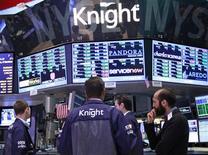 Трейдеры работают у терминала Knight Capital Group Inc в зале Нью-Йоркской фондовой биржи, 3 августа 2012 г. Группа инвесторов помогла пострадавшему биржевому оператору Knight Capital Group Inc посредством сделки на сумму $400 миллионов, которая позволит компании остаться на плаву, но дорого обойдется спасателям. REUTERS/Brendan McDermid