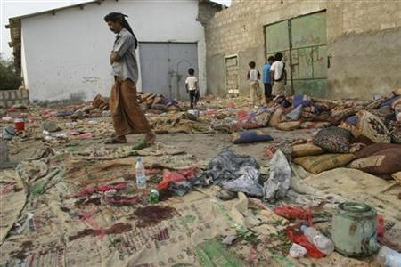 People inspect the site of a suicide bombing in Yemen's southern city of Jaar August 5, 2012. REUTERS/Stringer