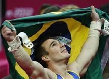 O brasileiro Arthur Nabarrete Zanetti levanta uma bandeira brasileira após competir na final de argolas durante os Jogos Olímpicos de 2012 em Londres, no Reino Unido. 6/08/2012 REUTERS/Brian Snyder