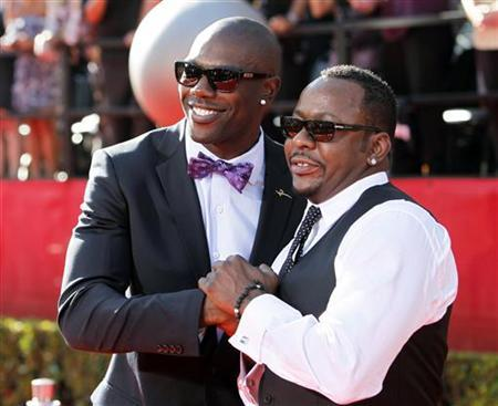 NFL wide receiver Terrell Owens (L) and singer Bobby Brown arrive at the 2010 ESPY Awards in Los Angeles, California July 14, 2010. REUTERS/Danny Moloshok