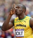 Usain Bolt olha para cima antes da eliminatória dos 200 metros dos Jogos Olímpicos de Londres. 07/08/2012 REUTERS/Phil Noble