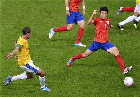 Brazil's Romulo (L) scores a goal past South Korea's Yun Suk-young during their men's semi-final soccer match at the London 2012 Olympic Games at Old Trafford in Manchester, August 7, 2012. REUTERS/Nigel Roddis