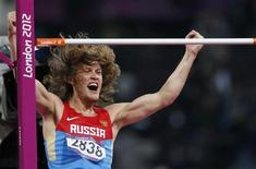 Иван Ухов после победы в прыжках в высоту на Олимпиаде в Лондоне, 7 августа 2012 года. Российские спортсмены завоевали во вторник, как и днем ранее, три золотые медали и поднялись еще на одну строчку в медальном зачете. REUTERS/Mark Blinch