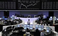 Помещение Франкфуртской фондовой биржи, 7 августа 2012 года. Европейские рынки акций открылись снижением в среду, прервав двухнедельное ралли, но снижение ограничено комментариями представителя ФРС, которые укрепили надежды на третий раунд количественного смягчения в США. REUTERS/Remote/Tobias Schwarz