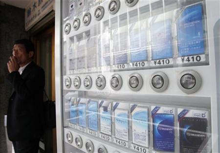 8月8日、JTは、代表的なブランド「マイルドセブン」の名称を「メビウス」に変更すると発表。写真の自動販売機は都内で6月撮影(2012年 ロイター/Yuriko Nakao)