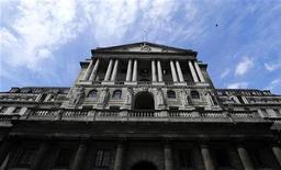 Здание Банка Англии в Лондоне, 15 июня 2012 г. Банк Англии резко сократил среднесрочный прогноз роста британской экономики, опасаясь, что факторы, сдерживавшие ее подъем с момента наступления финансового кризиса, могут сохраниться дольше, чем ожидалось. REUTERS/Paul Hackett