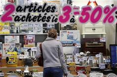 Объявление о скидках на витрине парижского магазина, 14 ноября 2008 года. Французская экономика в третьем квартале 2012 года может скатиться в рецессию, считает Банк Франции, который прогнозирует снижение ВВП на 0,1 процента второй квартал подряд. REUTERS/Vincent Kessler
