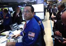 Трейдеры на торгах Нью-Йоркской фондовой биржи 2 августа 2012 года. Американские рынки акций открылись снижением после трехдневного ралли, так как инвесторы ожидают сигналов о новых мерах поддержки экономики от крупнейших центробанков мира. REUTERS/Brendan McDermid