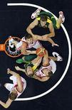 Баскетболисты России и Литвы в четвертьфинале Олимпиады в Лондоне, 8 августа 2012 г. Мужская сборная России по баскетболу одержала победу в поединке против команды Литвы и вышла в полуфинал Олимпиады в Лондоне. REUTERS/Mike Segar