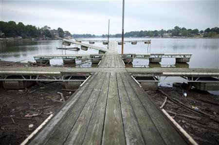 A boat dock now rests in mud at Morse Reservoir as water levels drop due to the current drought near Cicero, Indiana July 19, 2012. REUTERS/Chris Bergin