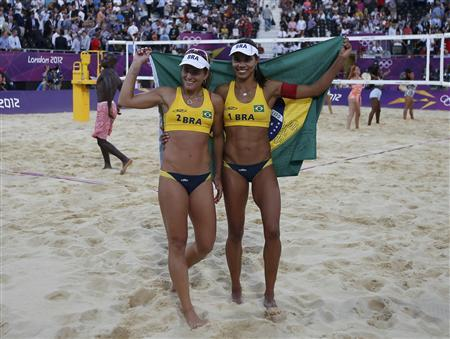 Brazil's Larissa (L) and Juliana celebrate winning in their women's beach volleyball bronze medal match against China's Xue Chen and Zhang Xi at the Horse Guards Parade during the London 2012 Olympic Games August 8, 2012. REUTERS/Marcelo Del Pozo