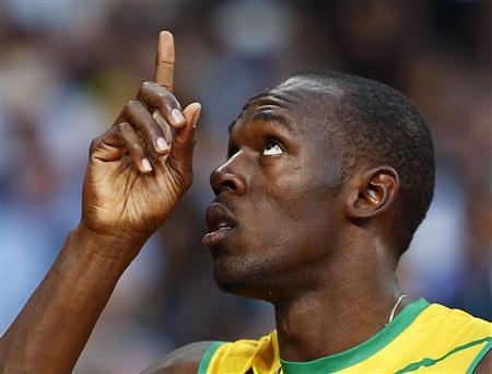 Jamaica's Usain Bolt gestures skyward before the skyward before the start of his men's 200m semi-final during the London 2012 Olympic Games at the Olympic Stadium August 8, 2012. REUTERS/Kai Pfaffenbach