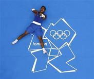 O brasileiro Yamaguchi Falcão comemora vitória sobre o cubano Julio la Cruz Peraza nos Jogos de Londres nesta quarta-feira. REUTERS/Murad Sezer