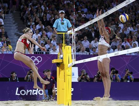Kerri Walsh Jennings (L) of the U.S. spikes the ball past April Ross of the U.S. at the women's beach volleyball gold medal match at the Horse Guards Parade during the London 2012 Olympic Games August 8, 2012. REUTERS/Marcelo Del Pozo