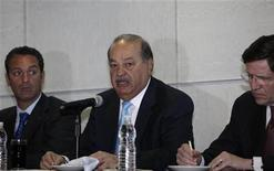 Mexican tycoon Carlos Slim (C) addresses the audience next to his son Carlos Slim Domit (L) and Oscar Von Hauske, general director of Telmex International, in Mexico City January 31, 2011. REUTERS/Jorge Dan Lopez