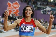 Наталья Антюх после победы на дистанции 400 метров с барьерами на лондонской Олимпиаде, 8 августа 2012 года. Олимпийская сборная России в среду пополнила копилку наград на четыре медали - одну золотую, одну серебряную и две бронзовые. REUTERS/Phil Noble