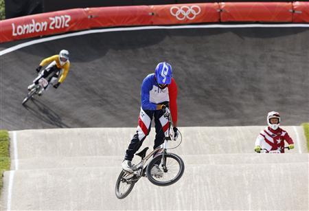 France's Joris Daudet (2) and other competitors warm up along the track before the men's BMX seeding run during the London 2012 Olympic Games at the BMX Track in the Olympic Park August 8, 2012. REUTERS/Paul Hanna