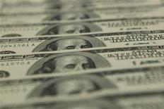 Стодолларовые купюры в отделении банка OTP в Будапеште, 23 ноября 2011 года. Чешская PPF Group бизнесмена Петра Келлнера продает свои 26,5 процента акций входящего в тридцатку крупнейших банков РФ Номос-банка, чтобы сосредоточиться на инвестициях в другие принадлежащие ей активы в России и расширить экспансию в быстрорастущие рынки Азии, говорится в сообщении PPF. REUTERS/Laszlo Balogh
