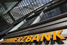 Вход в головной офис Commerzbank во Франкфурте-на-Майне, 4 ноября 2011 года. Commerzbank, второй крупнейший банк Германии, ожидает, что его чистая прибыль во втором полугодии снизится по сравнению с первыми шестью месяцами года в результате ухудшения рыночной конъюнктуры. REUTERS/Alex Domanski