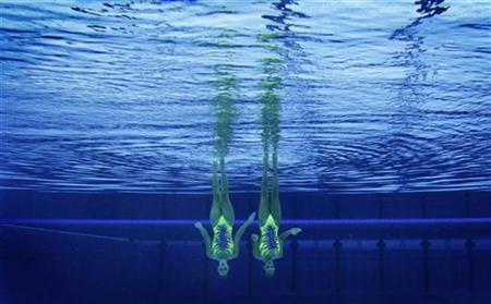 Italy's Giulia Lapi and Mariangela Perrupato are seen underwater as they perform in the synchronised swimming duets technical routine qualification round during the London 2012 Olympic Games at the Aquatics Centre August 5, 2012. REUTERS/Tim Wimborne