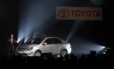 8月9日、トヨタ自動車は、ブラジルでの販売台数を今後2年間で倍増させる考えを示した。写真はサンパウロ近郊での新工場の開所式でスピーチする豊田社長(2012年 ロイター/Paulo Whitaker)
