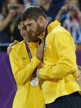 Os brasileiros Alison e Emanuel ficam com a medalha de prata em Londres. REUTERS/Dominic Ebenbichler