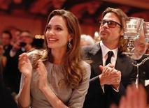 Os atores Angelina Jolie e Brad Pitt participam de um evento em Berlim, na Alemanha, em fevereiro. 13/02/2012 REUTERS/Andreas Rentz/Pool