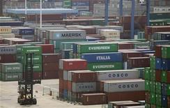 Контейнеры в порту китайского города Ухань на реке Янцзы, 10 июля 2012 года. Китайский экспорт вырос в июле всего на 1 процент в годовом исчислении, не оправдав прогнозов и став еще одним показателем, укрепившим надежды на новые меры правительства для поддержания роста. REUTERS/Stringer