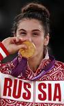 Наталья Воробьева с золотой медалью Олимпийских игр в Лондоне, 9 августа 2012 года. Наталья Воробьева стала в четверг единственным представителем России, сумевшим подняться на высшую ступень пьедестала. REUTERS/Damir Sagolj