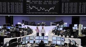 Трейдеры работают в зале Франкфуртской фондовой биржи, 8 августа 2012 г. Европейские рынки акций открылись снижением в пятницу после известия о слабости внешней торговли Китая, однако спад ограничен надеждами на новые антикризисные меры в стране. REUTERS/Tobias Schwarz