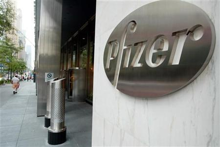 The entrance of Pfizer World headquaters in New York City, August 31, 2003. ECONM REUTERS/Jeff Christensen JC