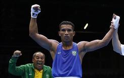 Esquiva Falcão é declarado vencedor sobre o britânico Anthony Ogogo após a semifinal de boxe na categoria de até 75 kg durante os Jogos Olímpicos de Londres. 10/08/2012 REUTERS/Damir Sagolj