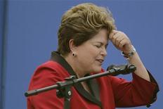 Presidente Dilma Rousseff gesticula durante cerimônia que lança Programa Nacional de Gerenciamento de Risco e Resposta a Desastres Naturais, em Brasília. A presidente afirmou que o país vai enfrentar a crise econômica mundial assegurando empregos a todos os brasileiros. 08/08/2012 REUTERS/Ueslei Marcelino