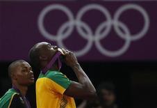 Jamaicano Usain Bolt beija medalha de ouro após vencer a prova dos 200 metros rasos durante Jogos Olímpicos de Londres. 09/08/2012 REUTERS/Phil Noble