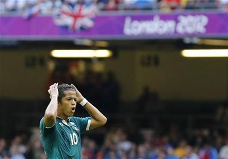 Mexico's Giovani dos Santos misses a chance to score against Switzerland from a freekick during their men's first round Group B football match in the London 2012 Olympic Games at the Millennium Stadium in Cardiff August 1, 2012. REUTERS/Francois Lenoir
