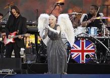 <p>Imagen de archivo de la presentación de la cantautora Annie Lennox durante el jubileo de Diamante en el palacio de Buckingham en Londres, jun 4 2012. El pop subirá al podio cuando Londres se despida el domingo de los Juegos Olímpicos, con una ceremonia de clausura con las Spice Girls, Annie Lennox, One Direction y un sentido del humor característico inglés. REUTERS/David Moir</p>