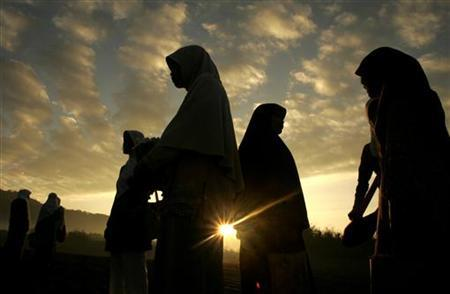 Indonesian Muslim women prepare to attend prayers marking the end of the fasting month of Ramadan at Parangkusumo beach outside Yogyakarta, Central Java September 20, 2009. REUTERS/Dwi Oblo