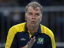 O técnico Bernardinho comanda o Brasil na partida contra a Itália. Com a classificação brasileira para a final, ele passa a ter seis medalhas olímpicas, uma como jogador e cinco como treinador. REUTERS/Ivan Alvarado