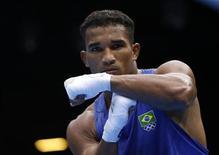 O brasileiro Esquiva Falcão comemora após derrotar o britânico Anthony Ogogo nos Jogos de Londres. REUTERS/Damir Sagolj