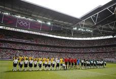 Jogadores das seleções do Brasil e do México posam antes da final do futebol masculino dos Jogos Olímpicos de Londres. A final do futebol masculino entre Brasil e México atraiu um público de 86.162 no estádio Wembley neste sábado, o maior de um único evento nos Jogos Olímpicos de Londres. 11/08/2012 REUTERS/Sergio Moraes