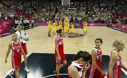 Jogadoras de basquete da seleção russa deixam a quadra enquanto as jogadoras australianas comemoram a conquista da medalha de bronze nos Jogos Olímpicos de Londres. Uma série de decepções na Olimpíada de Londres desencadeou uma reação defensiva das autoridades esportivas da Rússia, a demissão de pelo menos dois treinadores e um poema satírico lamentando as vicissitudes cruéis do esporte. 11/08/2012 REUTERS/Sergio Perez