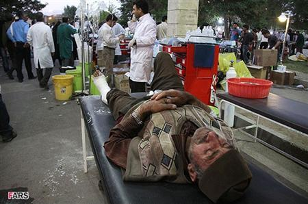 An injured person is taken to hospital in Ahar August 11, 2012. Two strong earthquakes struck northwest Iran on Saturday, killing 153 people and injuring more than 1,300 as buildings were reduced to rubble, Iranian officials said. REUTERS/Kamel Rouhi/Fars News Agency
