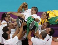 O técnico José Roberto Guimarães é carregado após conquista da medalha de ouro do Brasil no vôlei feminino. REUTERS/Olivia Harris