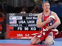 <p>الامريكي جيك فارنر بعد فوزه بذهبية وزن 96 كيلوجراما ضمن منافسات المصارعة الحرة للرجال في اولمبياد لندن يوم الاحد - رويترز</p>