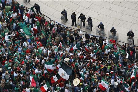 Mexicans celebrate after Mexico won Brazil in their men's soccer final gold medal match during the London 2012 Olympic Games at Angel de la Independencia monument, in Mexico City August 11, 2012. REUTERS/Bernardo Montoya