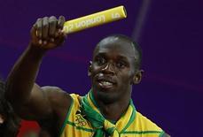 <p>Usain Bolt et les sprinteurs jamaïcains vont repartir de Londres avec un trophée supplémentaire: le témoin utilisé lors de leur triomphe dans le relais 4x100 mètres des Jeux olympiques de Londres, avec record du monde à la clé, ce qui leur avait été refusé dans un premier temps. /Photo prise le 11 août 2012/REUTERS/Kai Pfaffenbach</p>