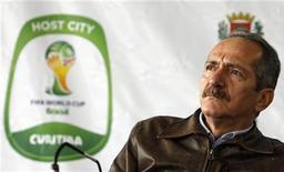 Ministro do Esporte, Aldo Rebelo, vai a coletiva de imprensa durante visita a estádio Arena da Baixada, que está em reforma para a Copa do Mundo do Brasil, em Curitiba. 12/06/2012 REUTERS/Rodolfo Buhrer