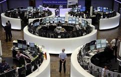 Помещение Франкфуртской фондовой биржи, 6 июля 2012 года. Европейские рынки акций снизились на торгах понедельника на фоне возросших опасений касательно замедления роста мировой экономики и долгового кризиса еврозоны после ралли на прошлой неделе, вызванного надеждами на новые стимулы центробанков. REUTERS/Remote/Thomas Peter