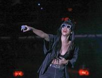 """Rihanna apresenta-se no festival de Hackney, com participação surpresa de Jay Z, no leste de Londres. A cantora pop Rihanna voltou ao topo das paradas britânicas com seu álbum """"Talk That Talk"""", após uma temporada de 38 semanas no Top 40. 23/06/2012 REUTERS/Olivia Harris"""
